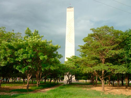 El obelisco de Valledupar, a diferencia de otros monumentos del mundo y del país, que están ubicados en glorietas, cuenta con frondosos árboles que caracterizan a esta ciudad.