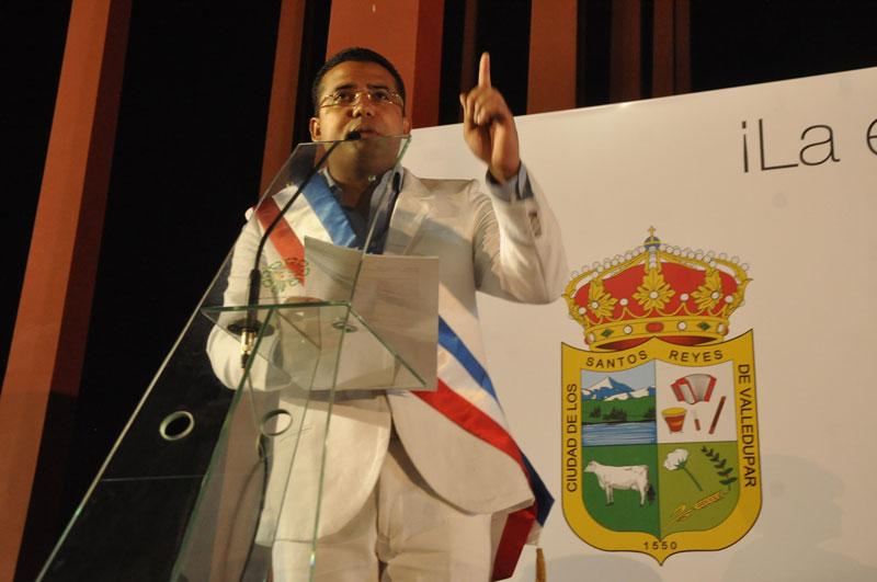 El alcalde Augusto Ramírez Uhía llegó al acto de posesión acompañado de su esposa Lisbeth Rosado y sus dos hijos. FOTO: Jaider Santana.