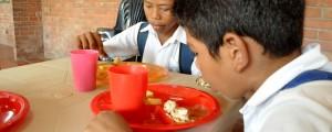 En las instituciones educativas que no implementen la jornada escolar, no se puede dar almuerzos sino complementos alimentarios, como los que reciben los niños de esta imagen.