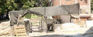 Leonardo Alvarado Esta es una de las máquinas usadas en la fábrica de pegante. Cuando se pone en funcionamiento, empiezan a generarse los olores denunciados por la comunidad.