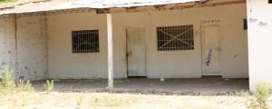 Esta caseta construida por Vallecasa, que sirvió para depositar los materiales con los que poco a poco se fue levantando la urbanización, ahora es guarida de drogadictos y ladrones, según denuncia la comunidad.