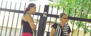 La familia de Carlos Samuel Vega Pacheco llegaron hasta Medicina Legal en Valledupar para reclamar su cuerpo. Foto: Joaquín Ramírez.