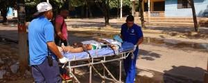 En camilla fue trasladado el menor Miguel Estaban Peña, luego de caer en la zanja de la cancha Doce de Octubre.