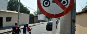 En esta foto tomada en la carrera 10 con calle 14 de Valledupar se observan la movilización de motos, a pesar de la señalización que restringe el no uso de esta vía por parte de vehículos.