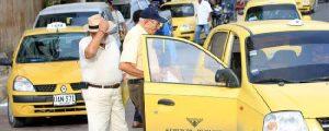"""FOTO Joaquín Ramírez Las diferencias en el precio de la carrera siempre es motivo de discordia entre pasajero y taxista. Parte del gremio de taxistas de Valledupar aseguraron que """"las autoridades no hacen un reajuste en el precio de las carreras."""