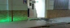 La puerta de vidrió de la Alcaldía de San Martín, destruida a piedra por motorizados.