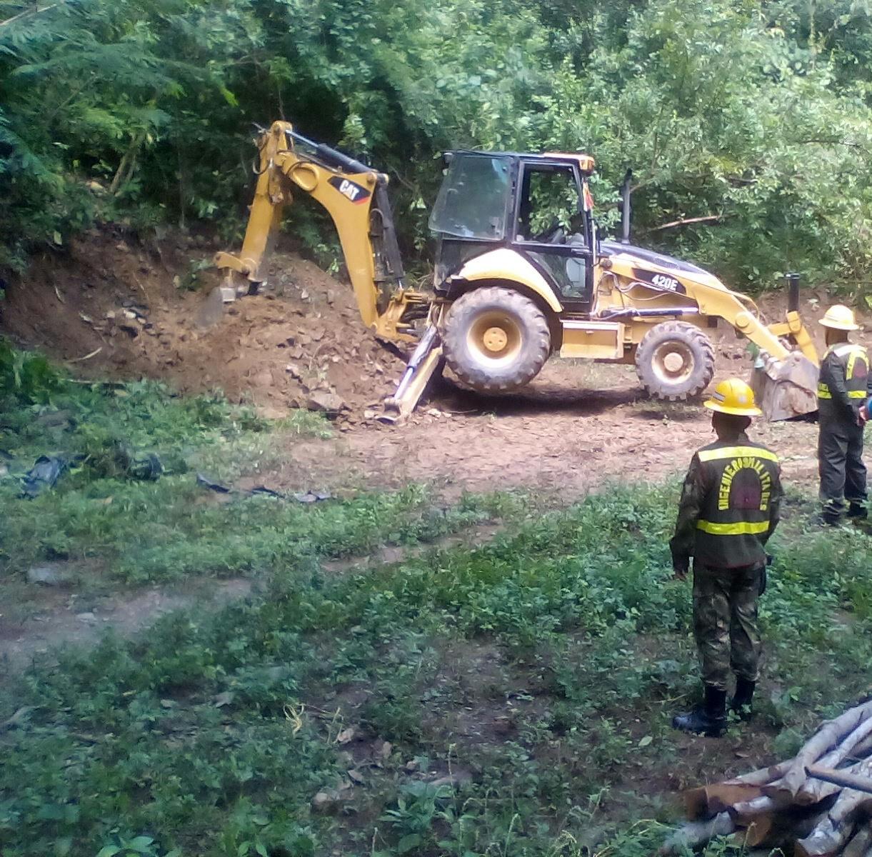 Las vías de acceso al corregimiento de Azúcar Buena estaban afectadas por deslizamientos de tierra y piedras.