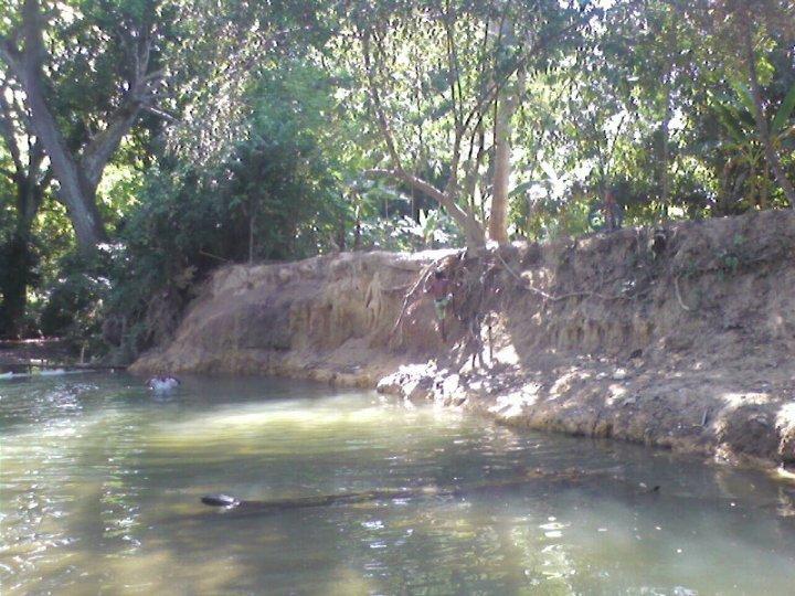 Habitantes de San Roque, en Curumaní, denuncian que la extracción de material de tierra está destruyendo la quebrada que surte de agua a la población.