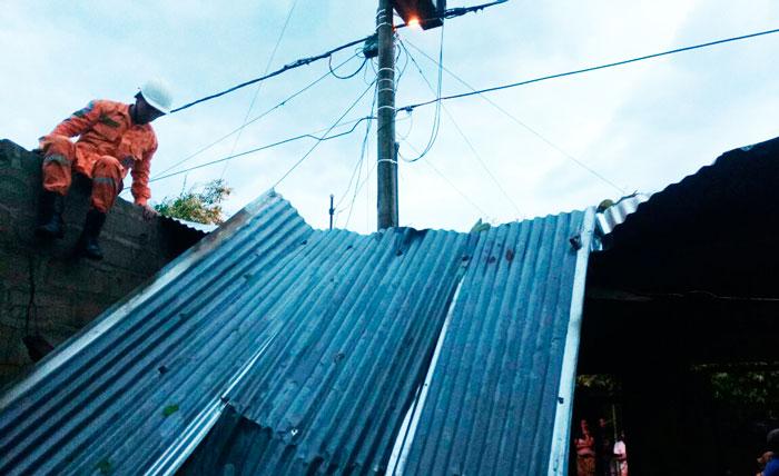 Los fuertes vientos provocaron el levantamiento de los techos en cuatro viviendas de Aguachica.
