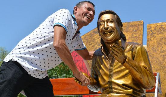 Neíl Barrios Ruiz viajó desde su natal Ariguaní, Magdalena, para tomarse una fotografía con su cantante favorito.