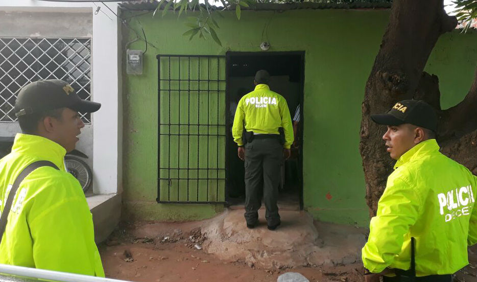 Momentos en que los uniformados arriban a una de las viviendas.