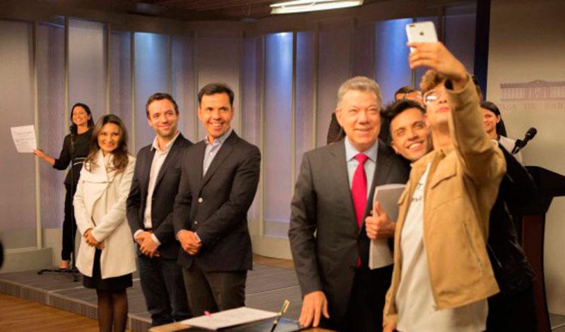 Presidente santos firm decreto por una colombia libre de for Sello del ministerio del interior
