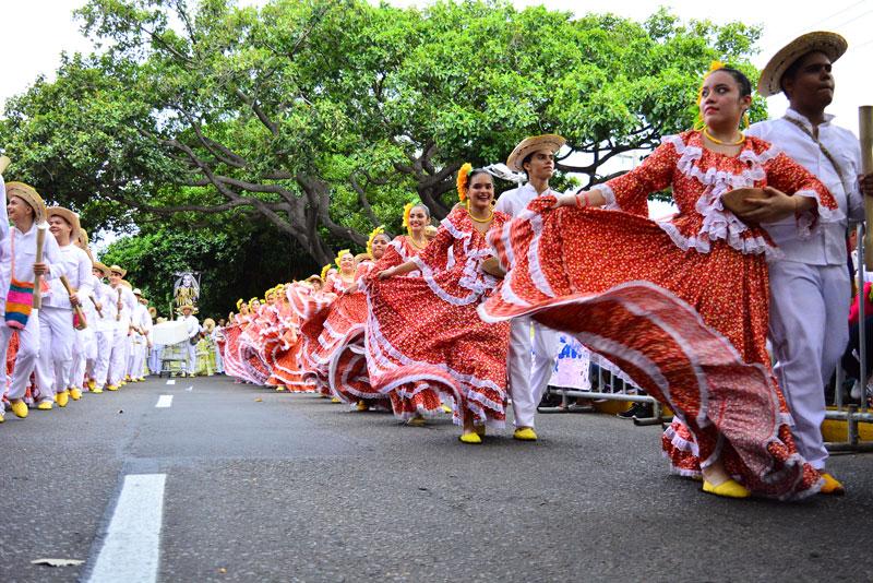 El tradicional desfile de piloneras es el preámbulo del Festival de Leyenda Vallenata.