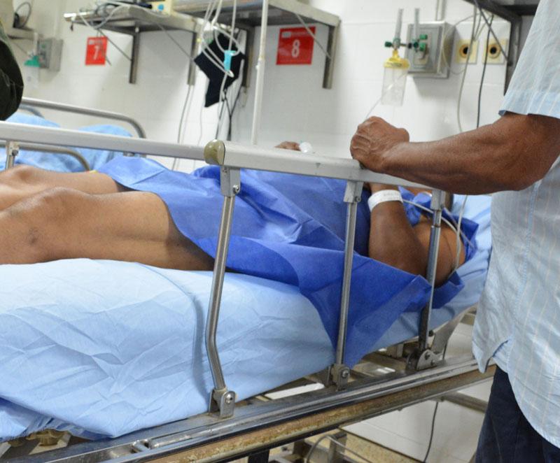 El taxista fue intervenido quirúrgicamente en el hospital local.