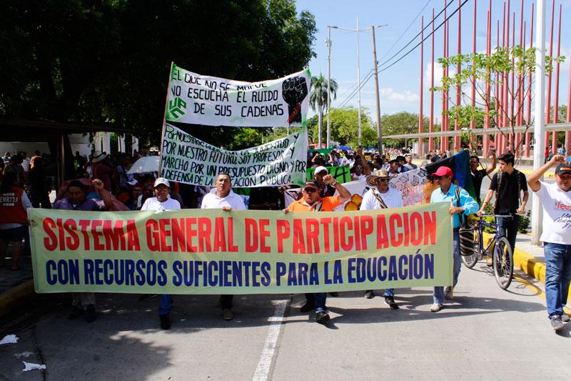 Por las calles de Valledupar salieron los docentes del Cesar exigiendo el cumplimiento de los acuerdos firmados con el gobierno nacional, además del pago del mes de diciembre a la Alcaldía de Valledupar.