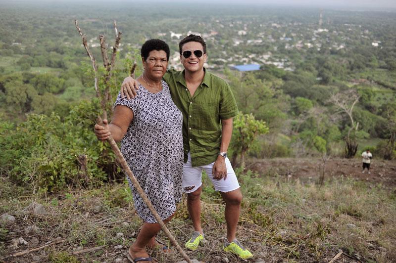 María Atencio le demostró todo su cariño a Silvestre Dangond, que desde lo alto se extiende por toda Urumita - Foto Jaider Santana