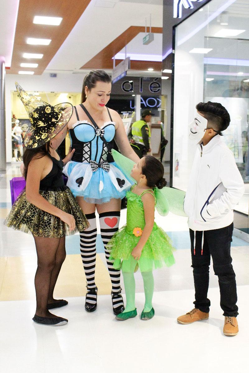 Mónica Villamizar se disfrazó de Reina de Corazones para acompañar a sus tres hijos en esta celebración en uno de los centros comerciales de la ciudad.