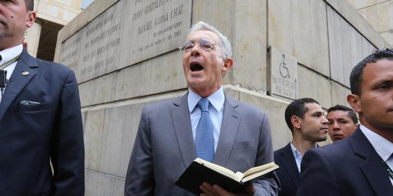 El líder del Centro Democrático viajo a Miami para asistir a la audiencia del exministro.