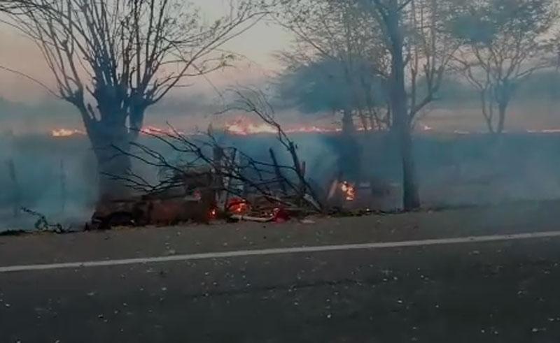 El vehículo quedó incinerado a un costado de la vía.