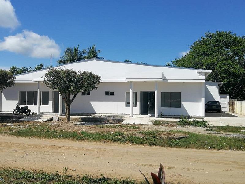 Centro de salud de San Roque que hace tres años inició su remodelación pero que aún no entra en funcionamiento.  Foto: CORTESÍA