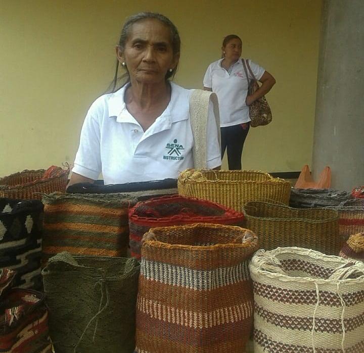 Observando a su madre, Juana Mercedes Arias Gutiérrez aprendió la tradición del tejido, que hoy transmite a nuevas generaciones y promueve como la identidad cultural del pueblo kankuamo.   Foto suministrada Juana Arias.