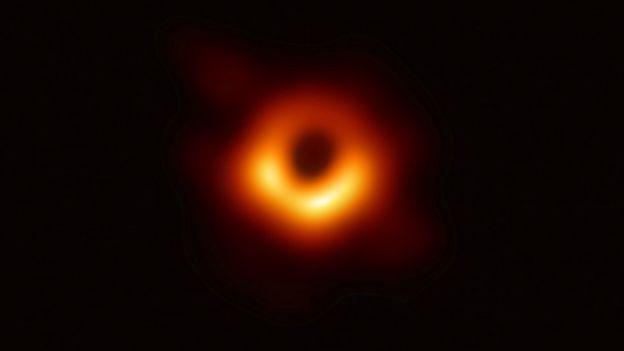 La imagen fue capturada por una red de ocho telescopios sincronizados y ubicados en varias partes del mundo.   Foto: Cortesía BBC.