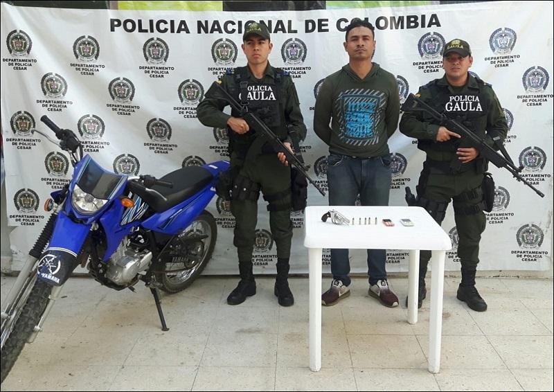 Uno de los presuntos extorsionistas capturados fue trasladado al hospital por una herida a bala.   Foto: Cortesía Policía Nacional.