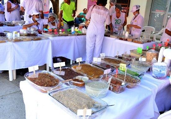 Más de 15 clases de dulces con un valor de mil pesos en adelante encontrarán propios y visitantes en la plaza Alfonso López.  Foto: Joaquín Ramírez