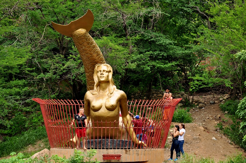 La imponente imagen de la sirena, obra del escultor Jorge Maestre, vigila con celo al río Guatapurí a la altura del balneario Hurtado.    Foto: Joaquín Ramírez.