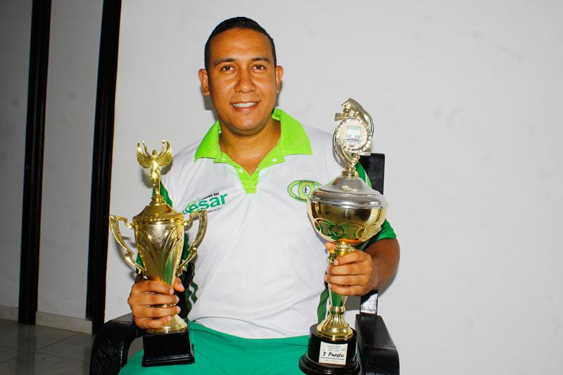 El atleta Daniel Cotes exhibe con orgullo sus trofeos porque sabe que han sido fruto de sus esfuerzos.