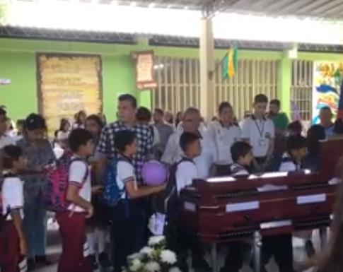 Los compañeros de colegio despidieron al menor asesinado en San Martín.   CORTESÍA.