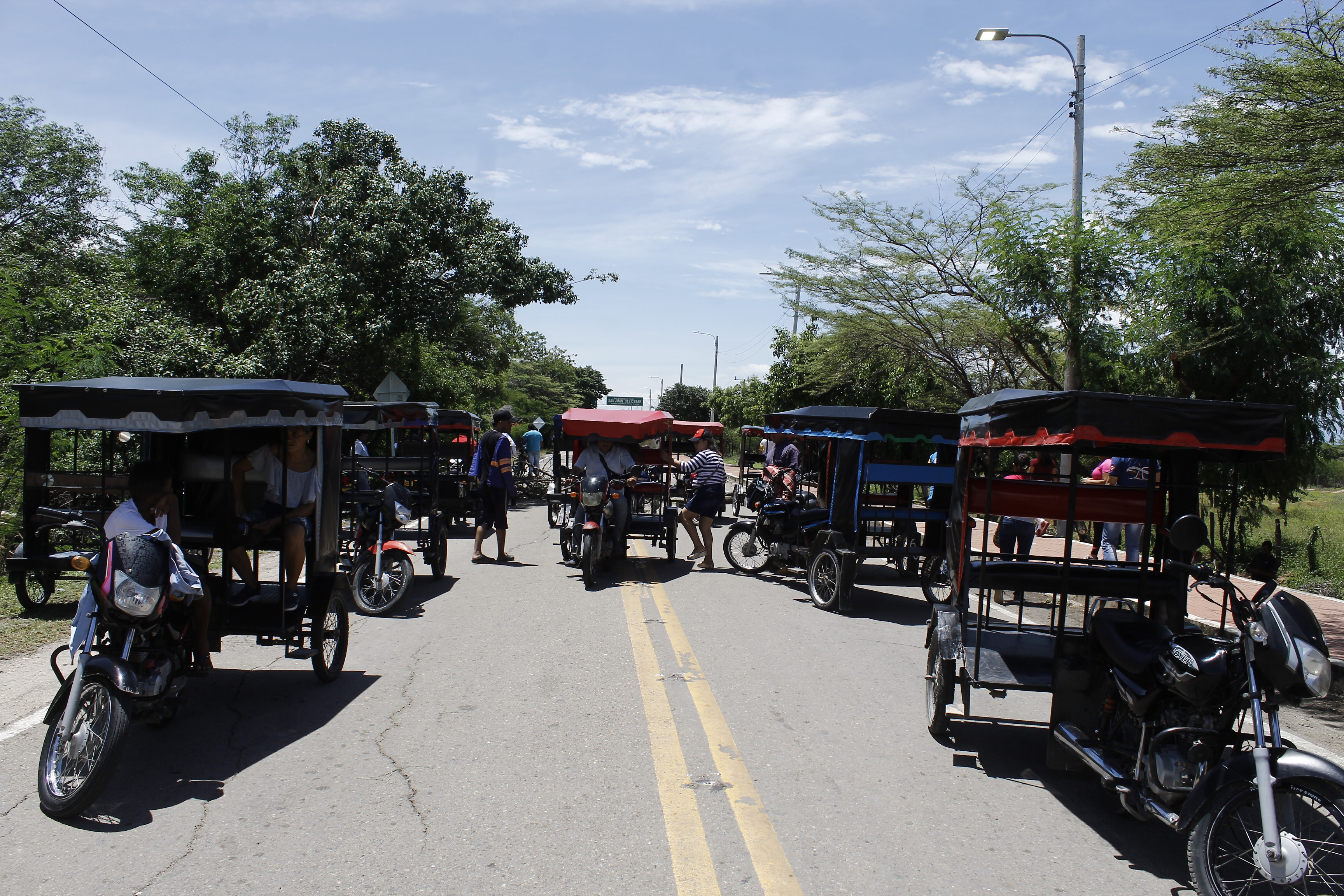 Esta imagen corresponde al bloqueo en el municipio de San Juan del Cesar, donde transportadores y algunos integrantes de la comunidad se unieron a la causa.  Foto: Joaquín Ramírez
