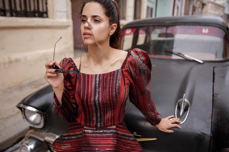 La cultura, arquitectura y los almendrones cubanos son la fuente de inspiración de la diseñadora Goretty Medina. La diseñadora es cartagenera.  CORTESÍA