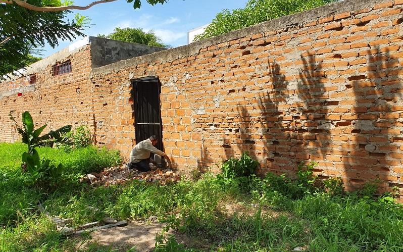 La construcción de salidas desde las viviendas vecinas hacia el área de cesión generó preocupación en residentes del conjunto.   FOTO: CORTESÍA