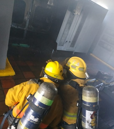 Miembros del Cuerpo de Bomberos Voluntarios de Valledupar atendieron la emergencia.   FOTO: CORTESÍA