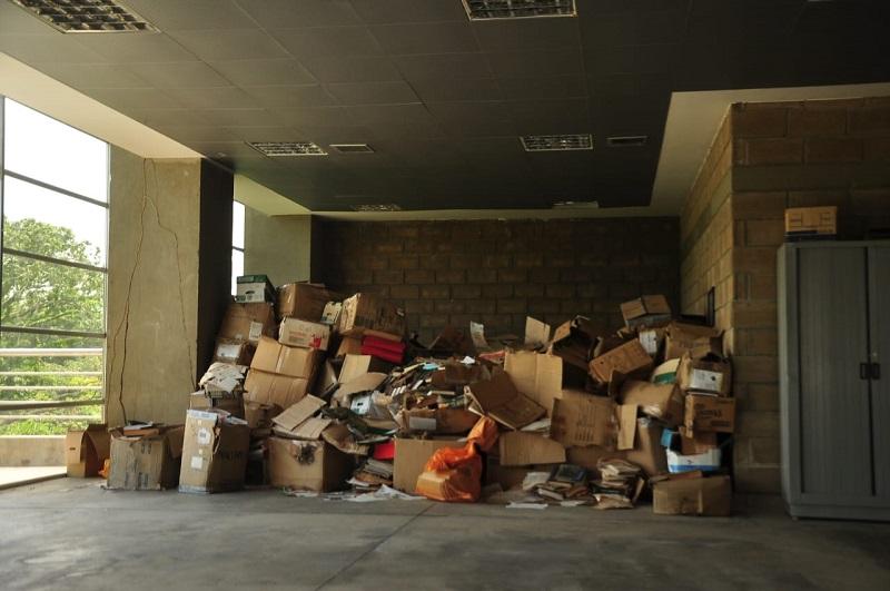 Los libros se encuentran abandonados en las instalaciones del parque de la Leyenda Vallenata.   FOTO: JOAQUÍN RAMÍREZ