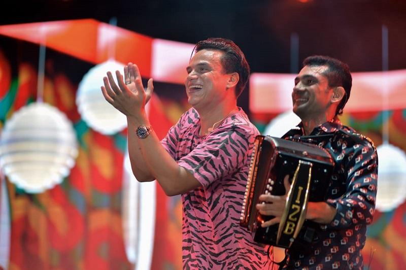 Así como el público lo pedía, Silvestre Dangond e Iván Zuleta hicieron dúo musical en la ciudad de Barranquilla y lo seguirán haciendo en próximos conciertos.  Foto: Cortesía.