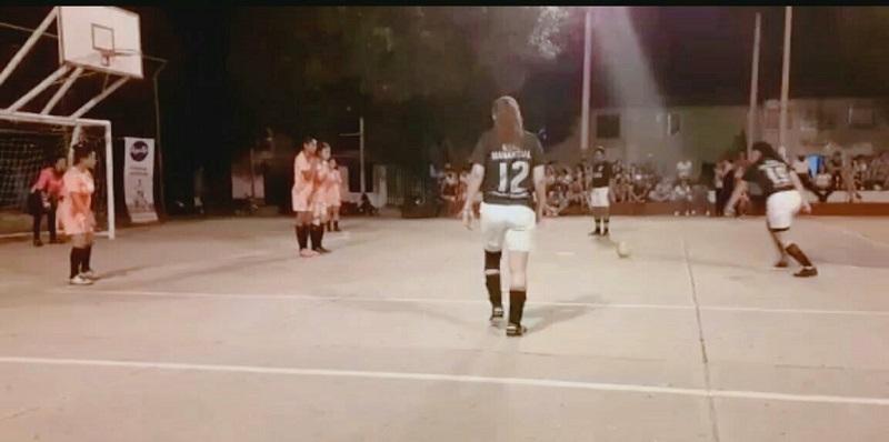 Las jugadoras en formación se tomaron la cancha del barrio Manantial de Valledupar.  FOTO: CORTESÍA.