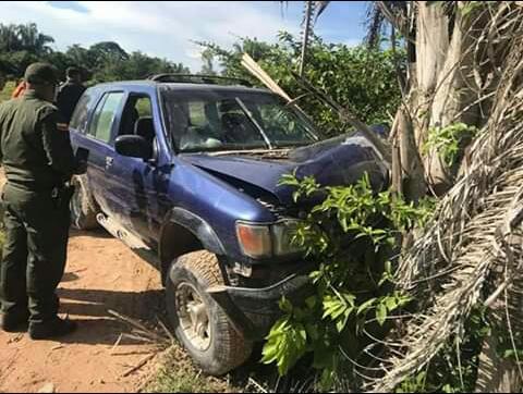 El cuerpo de la víctima  fue encontrado dentro del vehículo.  FOTO: JUDICIALES.