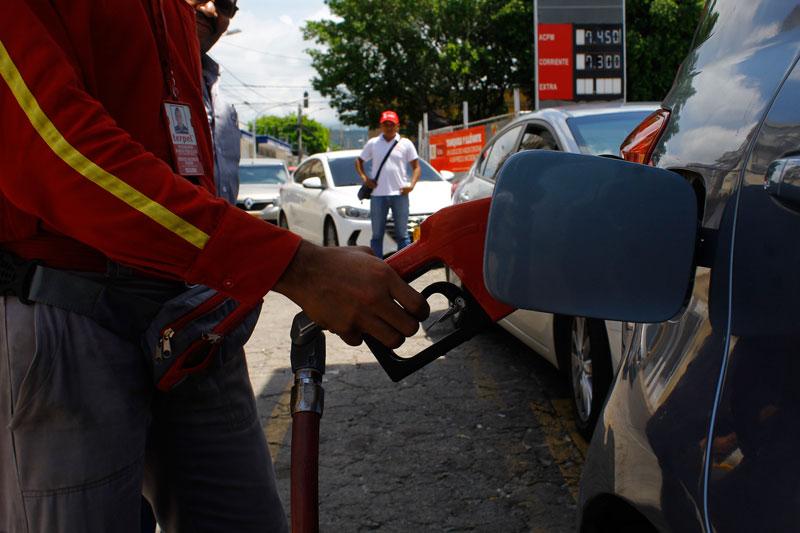 Las largas filas de vehículos que se observan todos los fines de mes en las estaciones de servicio denotan que los 3 millones 400 mil galones de gasolina subsidiada de Valledupar resultan insuficientes para la población de la capital del Cesar.