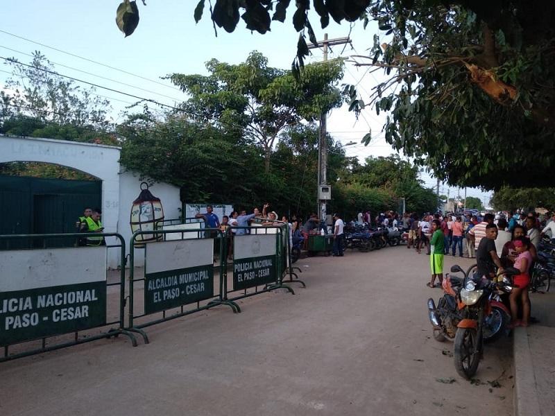 Decenas de personas rodean el colegio donde se realiza el escrutinio.