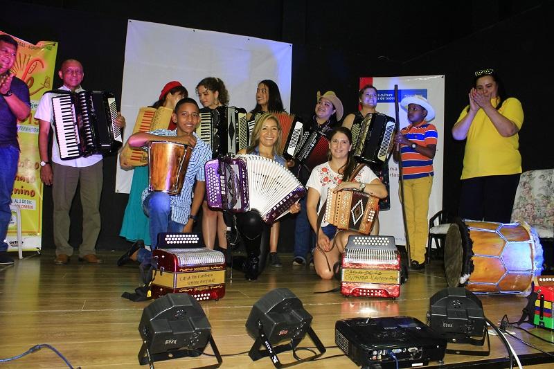Las invitadas internacionales protagonizaron un ensamble del folclor de la región.  FOTO/JOAQUÍN RAMÍREZ.