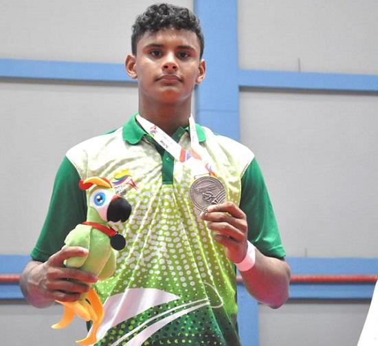 César se destacó en los combates y logró una medalla de bronce con un joven de 15 años.  FOTO/CORTESÍA.