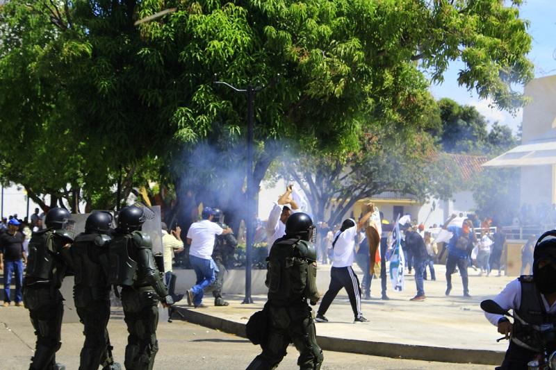 El disturbio de la marcha se presentó en medio de las alocuciones finales en la plaza Alfonso López.  FOTO/JOAQUÍN RAMÍREZ.