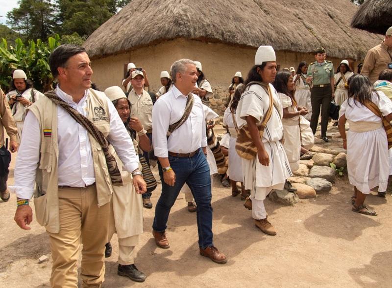 Iván Duque realizó un breve recorrido recorrido por la zona con algunos líderes locales indígenas.  FOTO/ CORTESÍA.