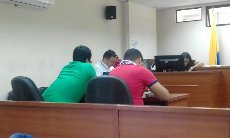El procesado (hombre de lado izquierdo) compareció a la audiencia de lectura de fallo.   FOTO: JUDICIAL.