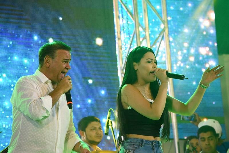 Ana del Castillo e Iván Villazón durante un concierto.   FOTO/ CORTESÍA.