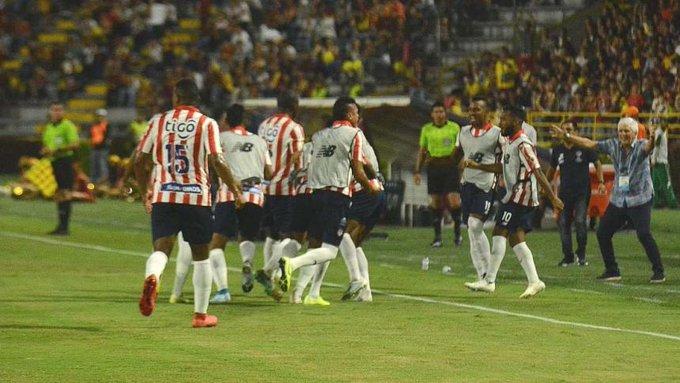 Los jugadores de Junior celebraron en tierra ajena la clasificación a la gran final del fútbol colombiano.  FOTO/CORTESÍA.