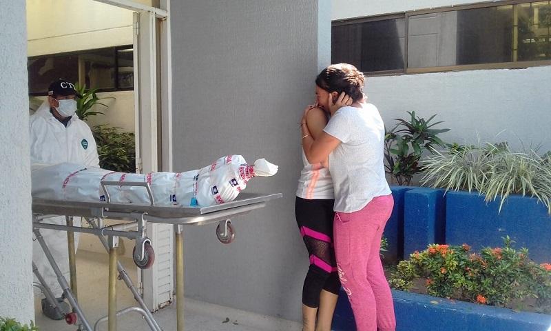 La víctima murió en el CDV del Hospital Eduardo Arredondo Daza por la gravedad de las heridas. Sus familiares recibieron la mala noticia en ese lugar.   FOTO: JUDICIAL.