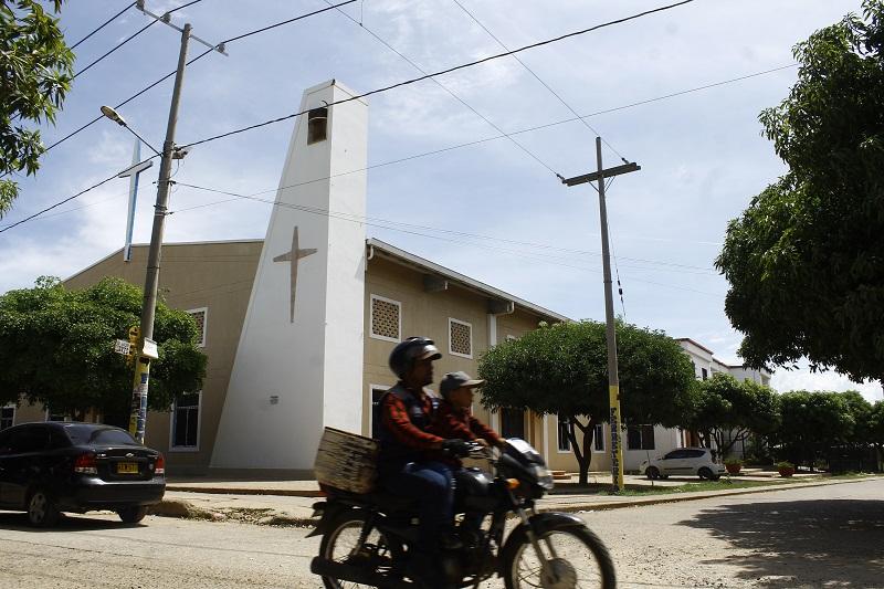 """""""La capilla de Populandia o Parroquia Nuestra Señora Altagracia fue fundada en el año 2009, se encuentra ubicada en toda la entrada del barrio y es el sitio de concentración de cientos de feligreses católicos de este y otros barrios circunvecinos"""".   FOTO/ JOAQUÍN RAMÍREZ"""